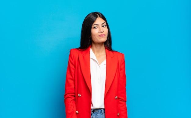 Jeune femme d'affaires hispanique se demandant
