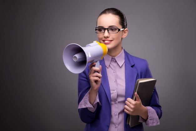 Jeune femme d'affaires hurlant par haut-parleur