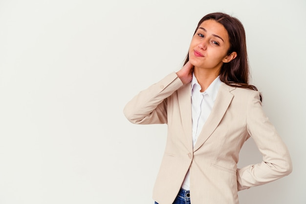Jeune femme d'affaires indienne isolée sur fond blanc touchant l'arrière de la tête, pensant et faisant un choix.