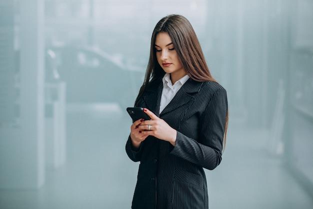Jeune femme d'affaires à l'intérieur du bureau