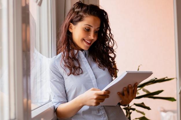 Jeune femme affaires, lecture, rapport, bureau