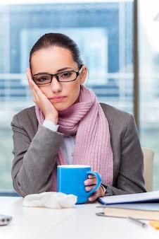 Jeune femme d'affaires malade au bureau