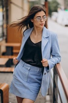 Jeune femme d'affaires marchant dans les escaliers
