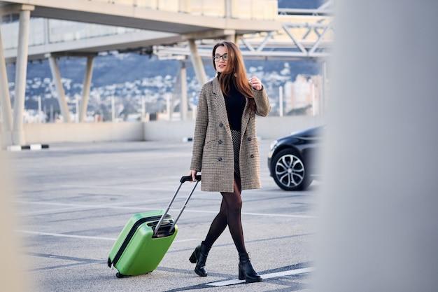 Jeune femme d'affaires marchant