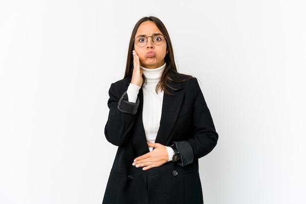 Jeune femme d'affaires métisse sur des coups blancs sur les joues, a une expression fatiguée. concept d'expression faciale.