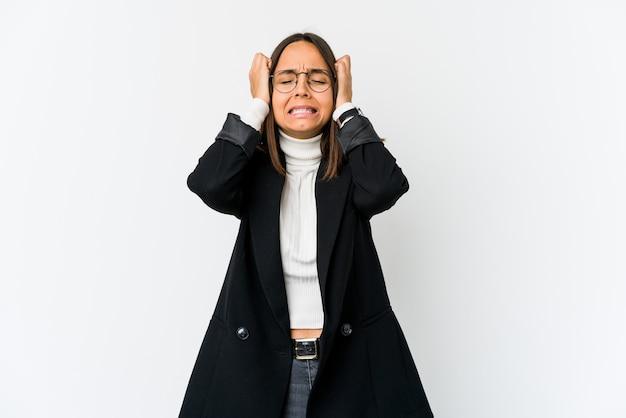 Jeune femme d'affaires métisse isolée sur fond blanc pleurer, mécontente de quelque chose, de l'agonie et de la confusion concept.