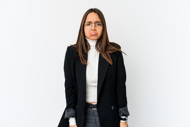 Jeune femme d'affaires métisse isolée sur un mur blanc souffle sur les joues, a une expression fatiguée. concept d'expression faciale.