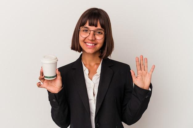 Jeune femme d'affaires métisse tenant un café isolé sur fond blanc souriant joyeux montrant le numéro cinq avec les doigts.