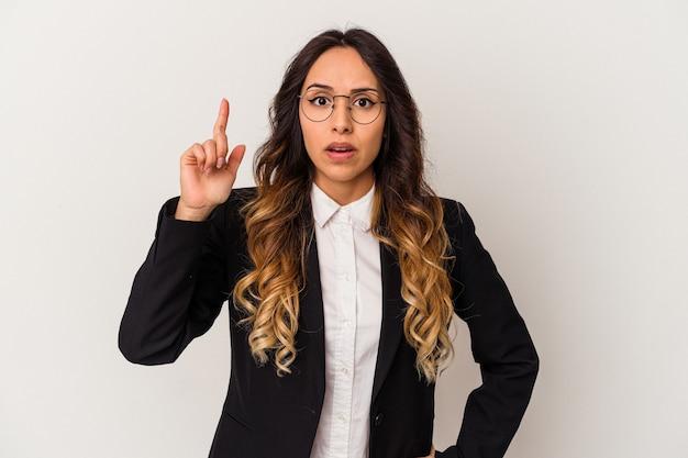 Jeune femme d'affaires mexicaine isolée sur fond blanc ayant une idée, un concept d'inspiration.