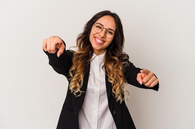 Jeune femme d'affaires mexicaine isolée sur fond blanc sourires joyeux pointant vers l'avant.