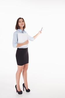 Jeune femme d'affaires montrant quelque chose sur blanc