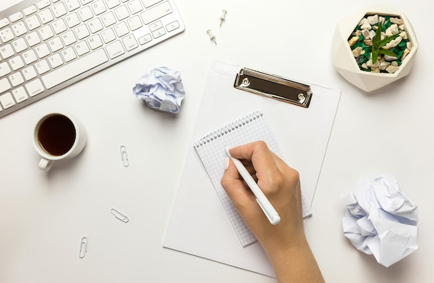 Jeune femme d'affaires motivée à planifier sa stratégie