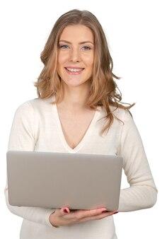 Jeune femme d'affaires avec ordinateur portable