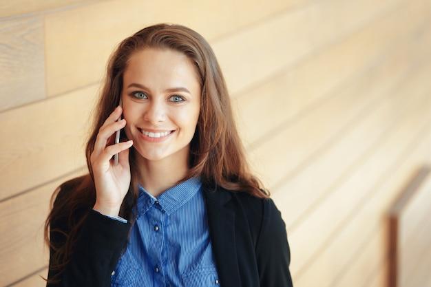 Jeune femme d'affaires parlant au téléphone portable