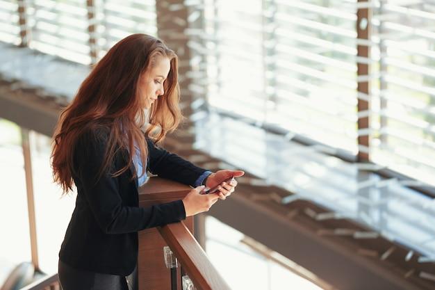 Jeune femme d'affaires parlant au téléphone