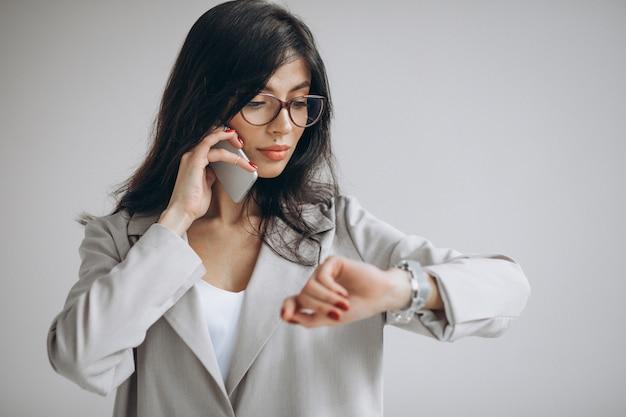 Jeune femme d'affaires, parler au téléphone au bureau