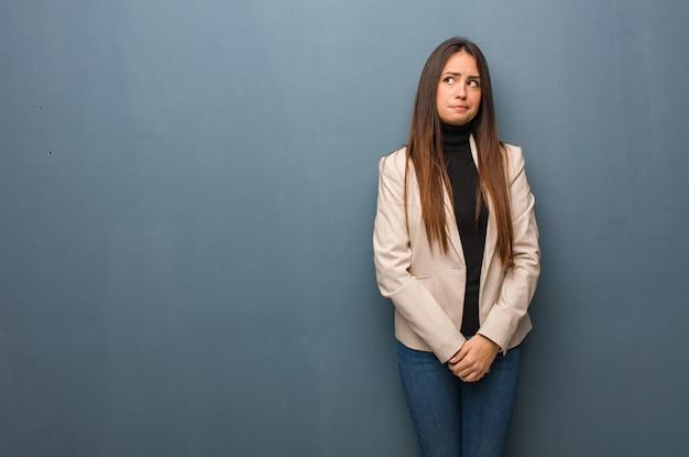 Jeune femme d'affaires pense à une idée