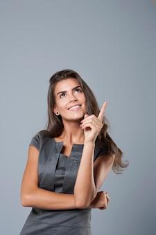 Jeune femme d'affaires pointant sur l'espace de copie