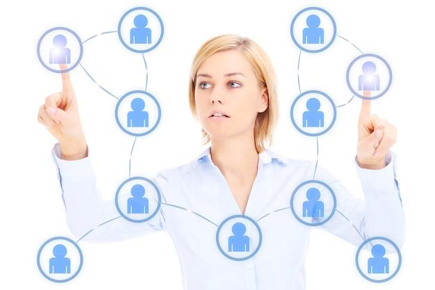 Jeune femme d'affaires et réseau social sur fond blanc