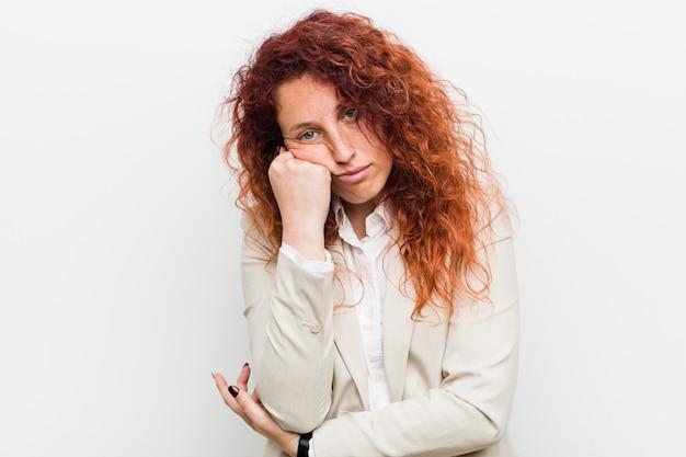 Jeune femme d'affaires rousse qui se sent triste et pensive