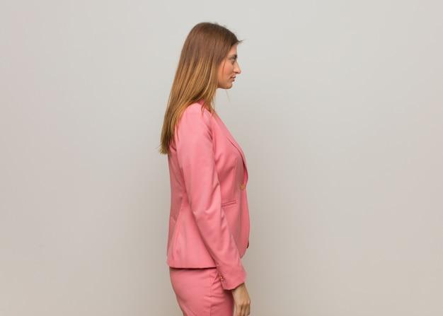 Jeune femme d'affaires russe sur le côté à l'avant