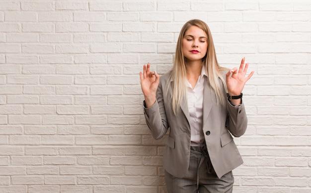 Jeune femme d'affaires russe effectuant le yoga