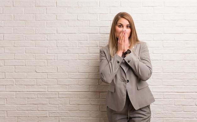 Jeune femme d'affaires russe faisant le geste d'une longue-vue