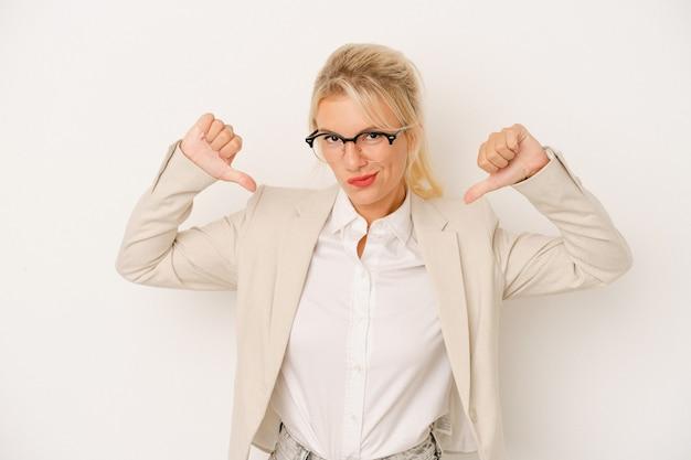 Jeune femme d'affaires russe isolée sur fond blanc se sent fière et confiante, exemple à suivre.
