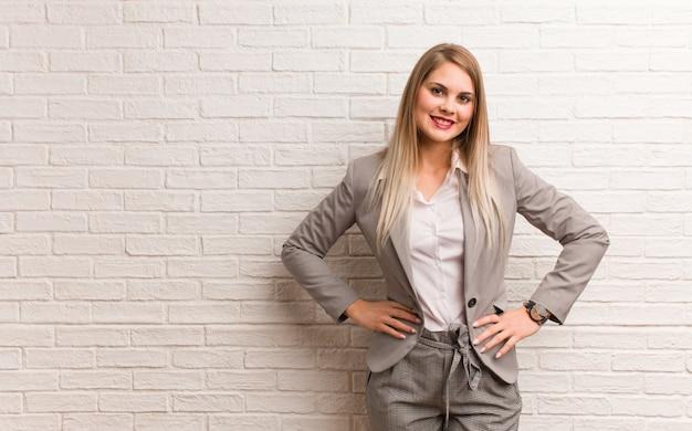 Jeune femme d'affaires russe avec les mains sur les hanches