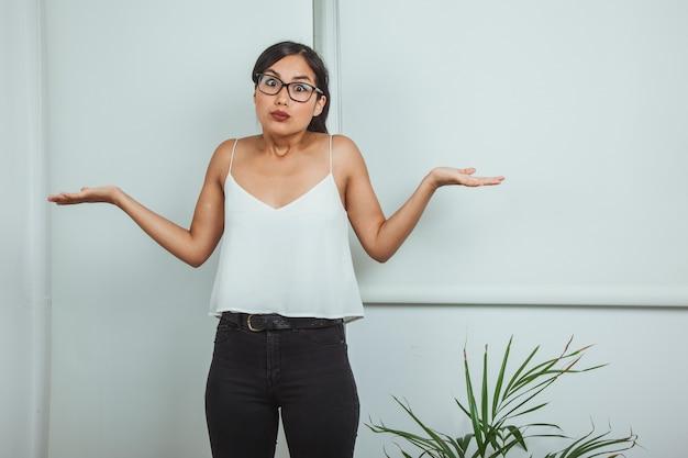 Jeune femme d'affaires sans solution