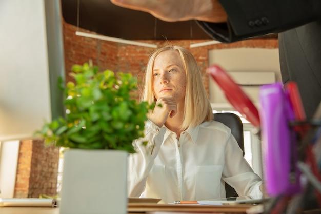 Une jeune femme d'affaires se déplaçant dans le bureau, obtenant un nouveau lieu de travail.