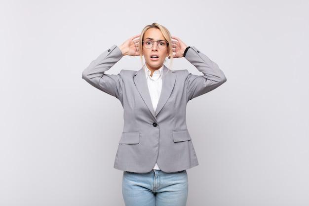Jeune femme d'affaires se sentant stressée, inquiète, anxieuse ou effrayée, les mains sur la tête, paniquant à l'erreur