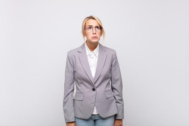 Jeune femme d'affaires se sentant triste et pleurnichard avec un regard malheureux, pleurant avec une attitude négative et frustrée
