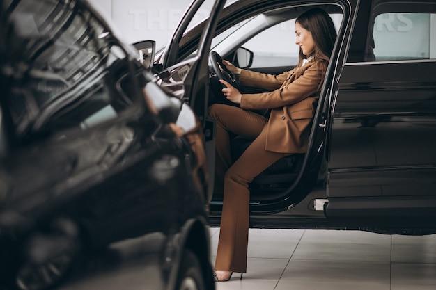 Jeune, femme affaires, séance, dans voiture