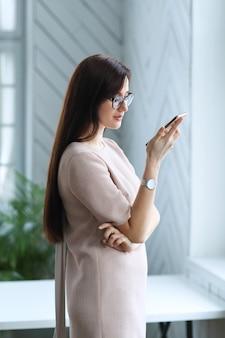 Jeune femme d'affaires avec smartphone