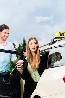 Jeune, femme affaires, sortir, taxi