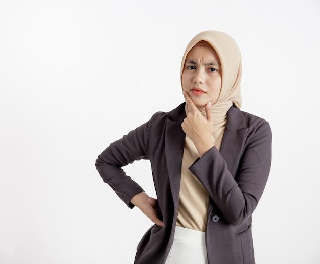 Jeune femme d'affaires souriant essayer de comprendre le concept de travail de bureau d'expression isolé