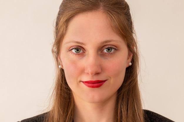 Jeune femme d'affaires souriant sur fond clair de gros plan