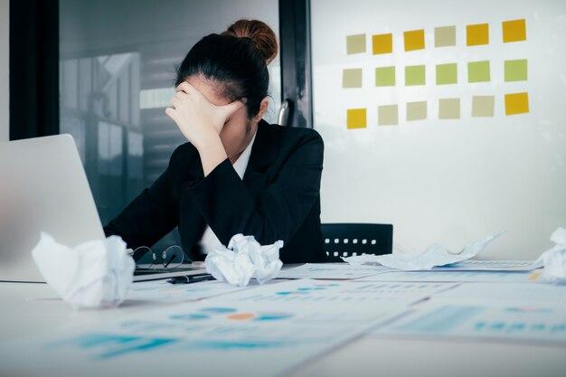 Jeune femme d'affaires stressée