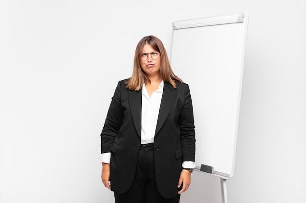 Jeune femme d'affaires avec un tableau blanc