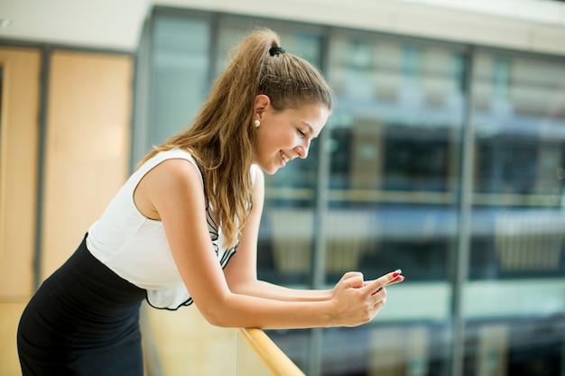 Jeune femme d'affaires avec téléphone portable