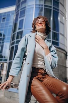 Jeune femme d'affaires en tenue décontractée par le centre d'affaires