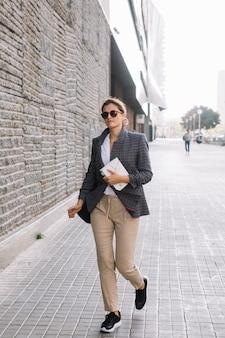 Jeune, femme affaires, tenue, journal intime, marche, rue