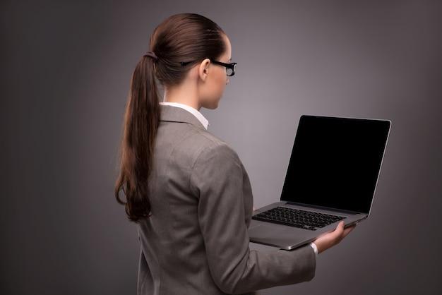 Jeune femme d'affaires travaillant avec un ordinateur portable au concept d'entreprise