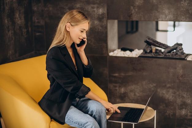 Jeune femme d'affaires travaillant sur ordinateur portable