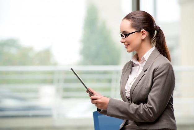Jeune femme d'affaires travaillant avec une tablette