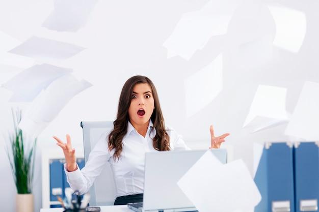 Jeune femme d'affaires avec trop de travail