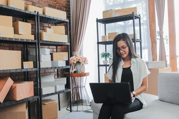 Jeune, femme affaires, utilisation, ordinateur portable, travail, maison