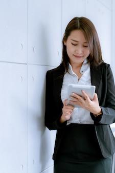 Jeune, femme affaires, utilisation, tablette