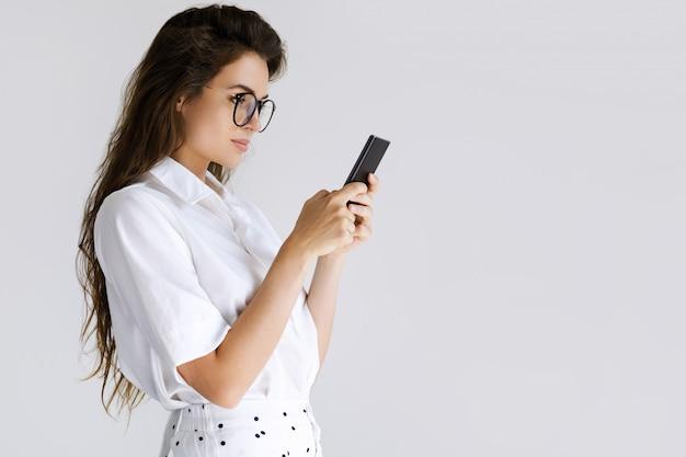 Jeune femme d'affaires utilise un smartphone